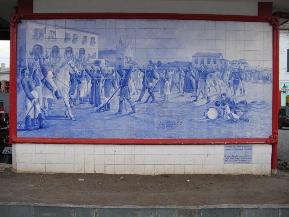 Keramik-Wandbild in Cachoeira, das die Befreiung Brasiliens von den Portugiesen zeigt