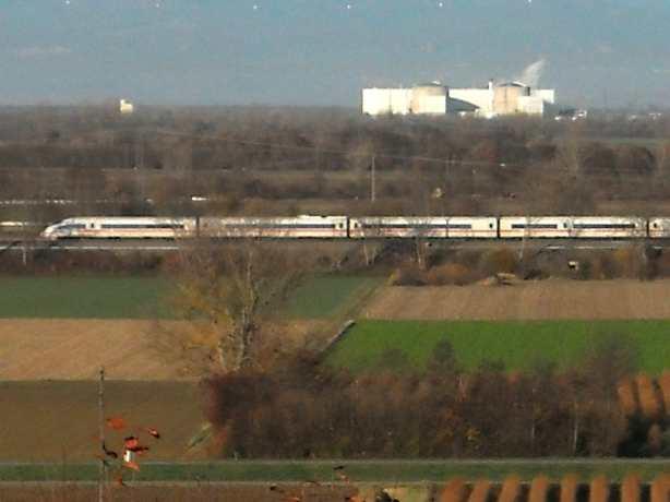 Kernkraftwerk Fessenheim mit vorbeifahrendem ICE Hamburg-Basel