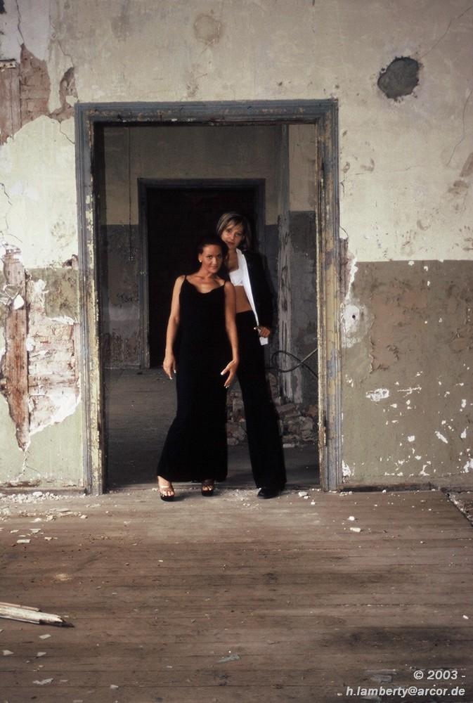 Kerstin und Sylvana Ruine 2003