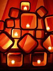 Kerzen in Kaminsteinen