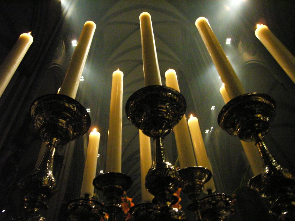 Kerzenmeer vor Kölner Dreikönigenschrein in Froschperspektive