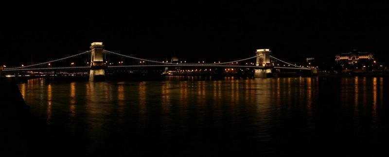 Kettenbrücke bei Nacht