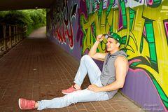 Kevin vor der Graffiti-Wand