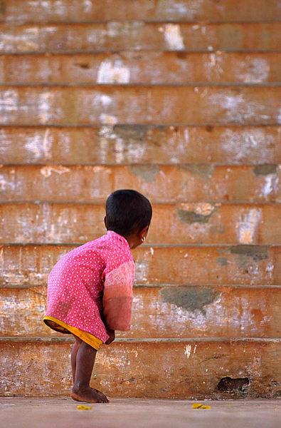 Kind am Anfang der grossen Treppe