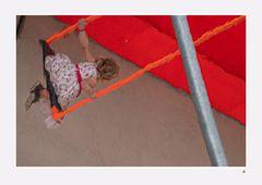 Kind auf der Schaukel (Spiegelung)