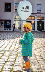 Kind beim Demokratiefest zum Volksentscheid über die Gerichtsstrukturreform (Stralsund)