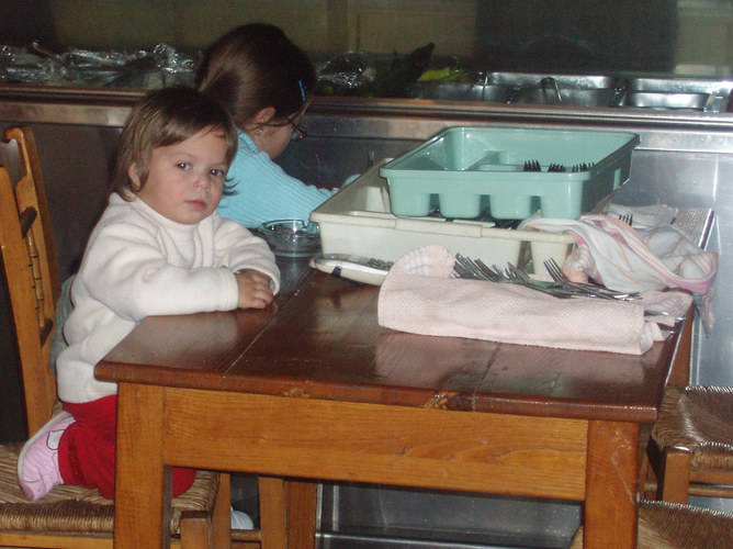 Kind in Mutters Gaststätte