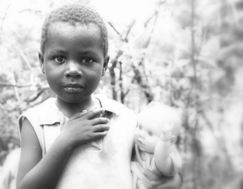 Kind mit Puppe in Kenia