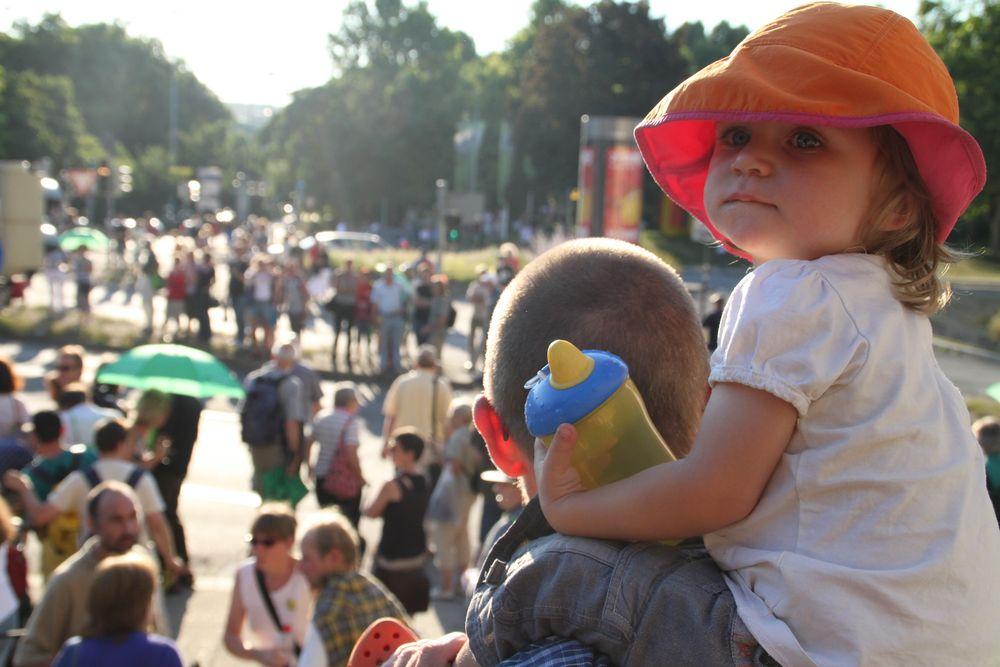 Kind ueberblickt MontagsDEMO K21 in Stuttgart Juli10