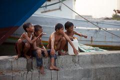 Kinder am Frachtseglerhafen Sunda Kelpa