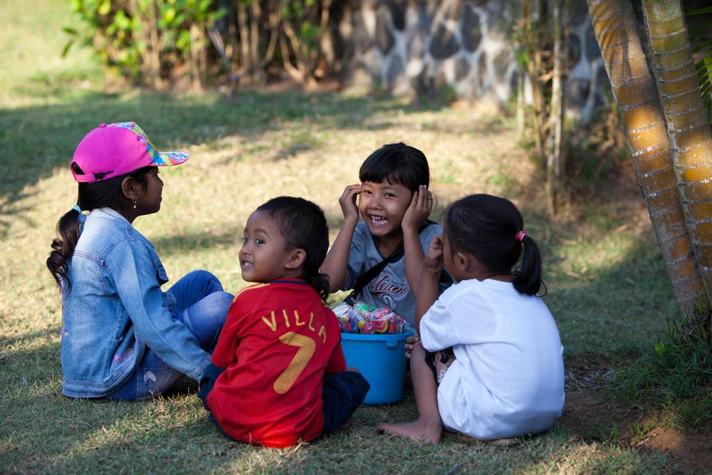 Kinder am Tana Lot