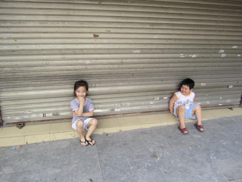 Kinder auf einer Straße in Hanoi