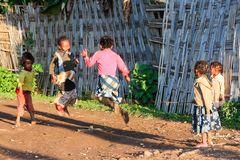 Kinder beim Spielen mit dem Springseil...
