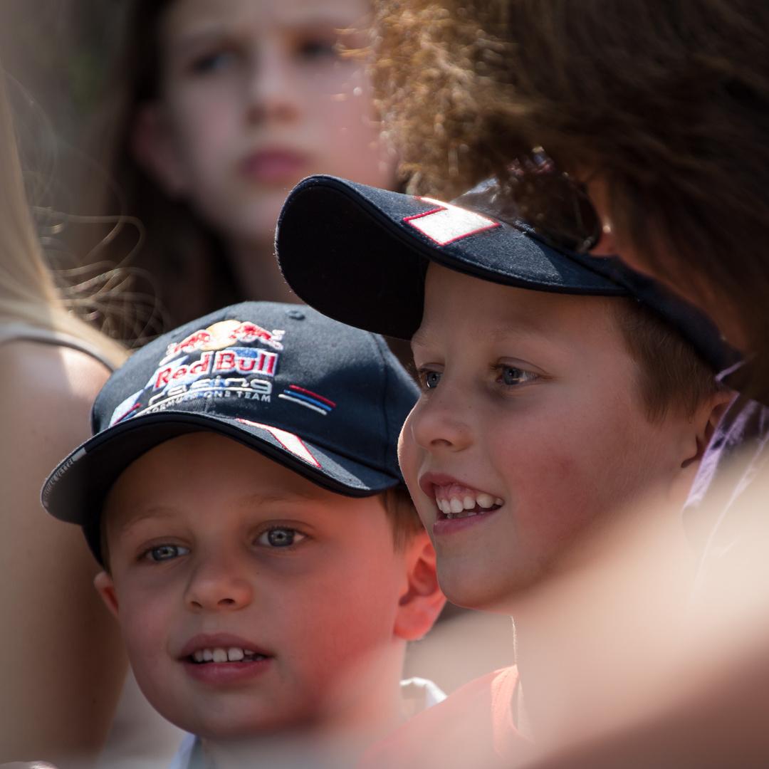 Kinder beim Straßenspektakel in Straden