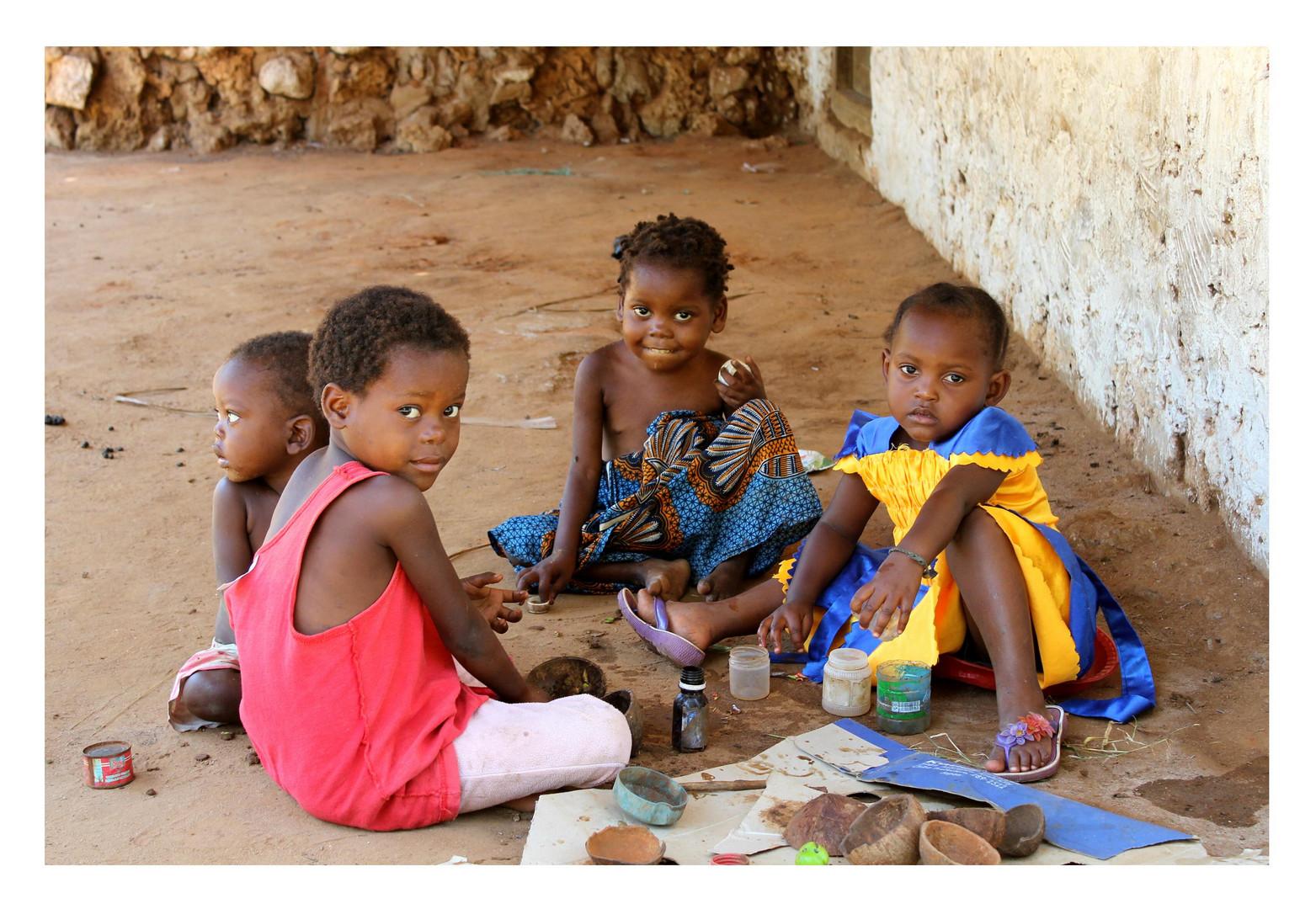 Kinder im Dorf Makongeni