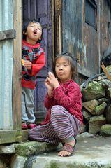 Kinder in Chyamche auf 1400 m Höhe