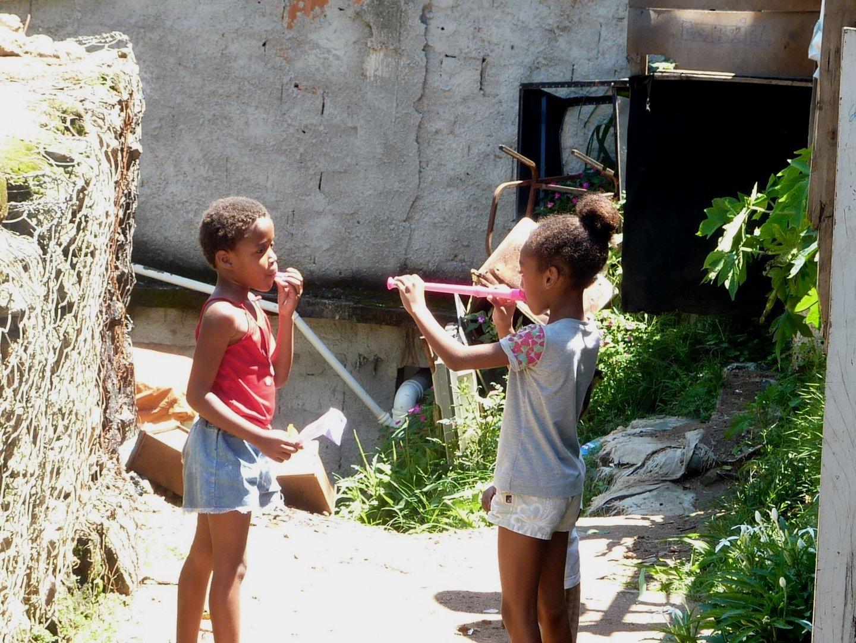 Kinder in der Favela