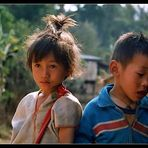 Kinder in Hilltribe Dorf (2)