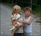 Kinder mit Katze