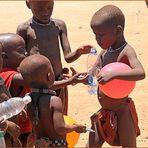 Kinder schauen ... in Namibia