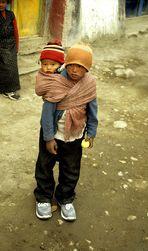 Kinder tragen Kinder II