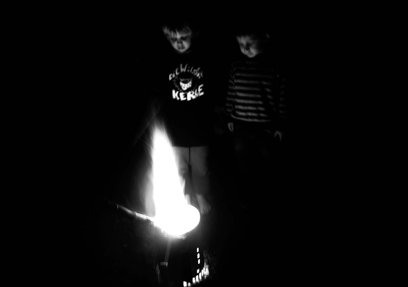 Kinder und Feuer am Campingplatz Gederner See