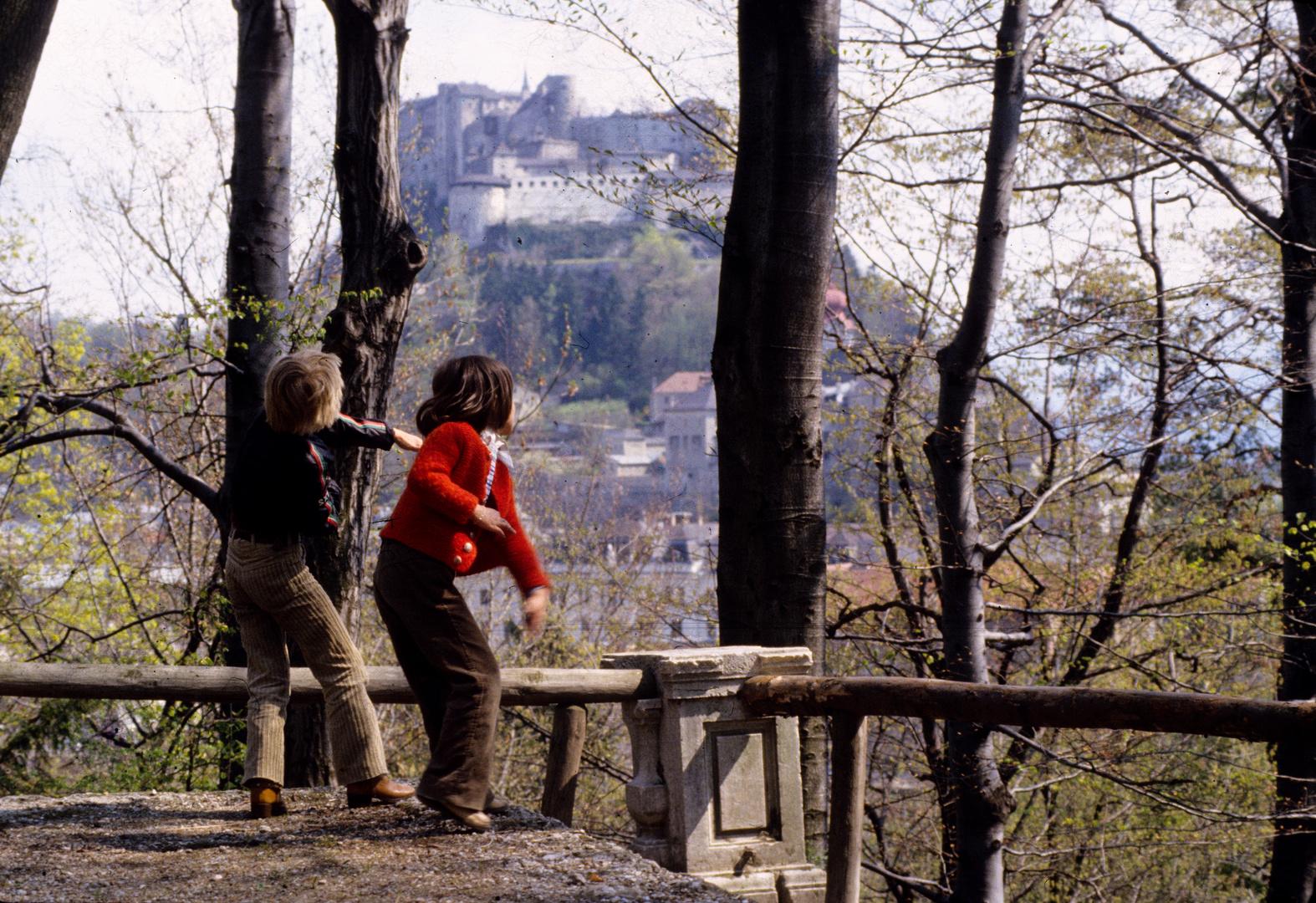 Kinder vor der Festung Hohensalzburg