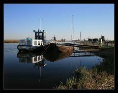 Kinderdijk-Flusslandschaft mit Hintergrund Windmühlen....