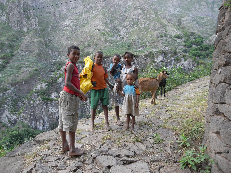 Kindergruppe mit Ziege