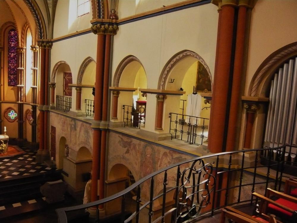 ...Kirche als Galerie - Messgewänder - freigelegten Fresken - etc.