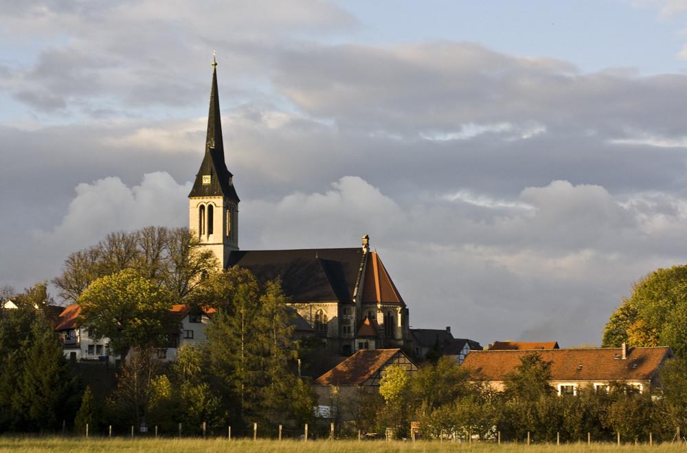 Kirche bei tiefstehender Sonne
