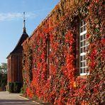 Kirche im Herbstkleid