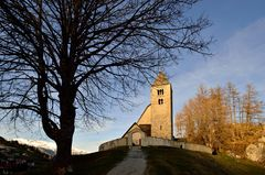 Kirche im schwindenden Licht