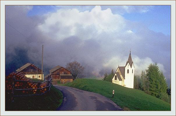 Kirche in den Dolomiten