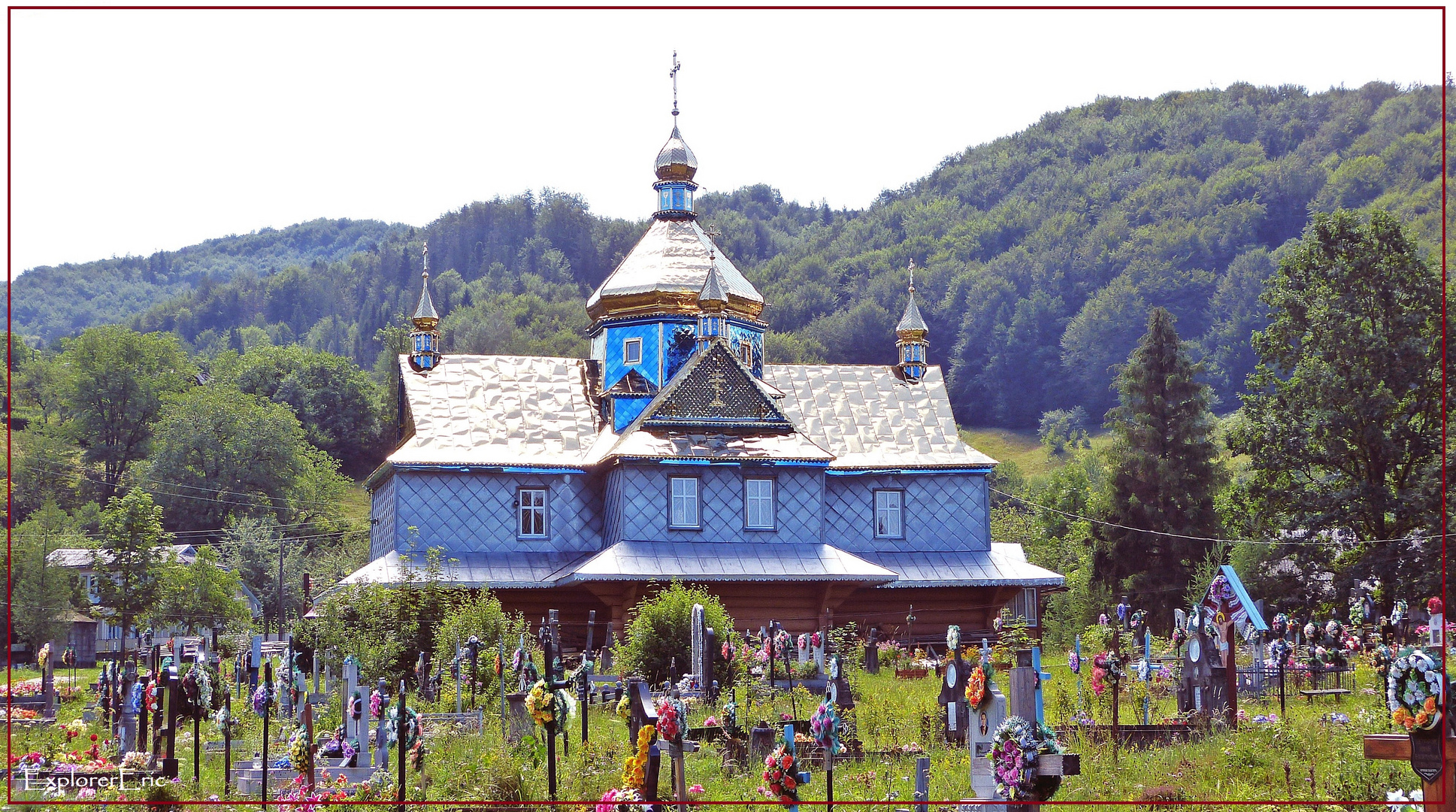 Kirche mit Friedhof im Huzulenland