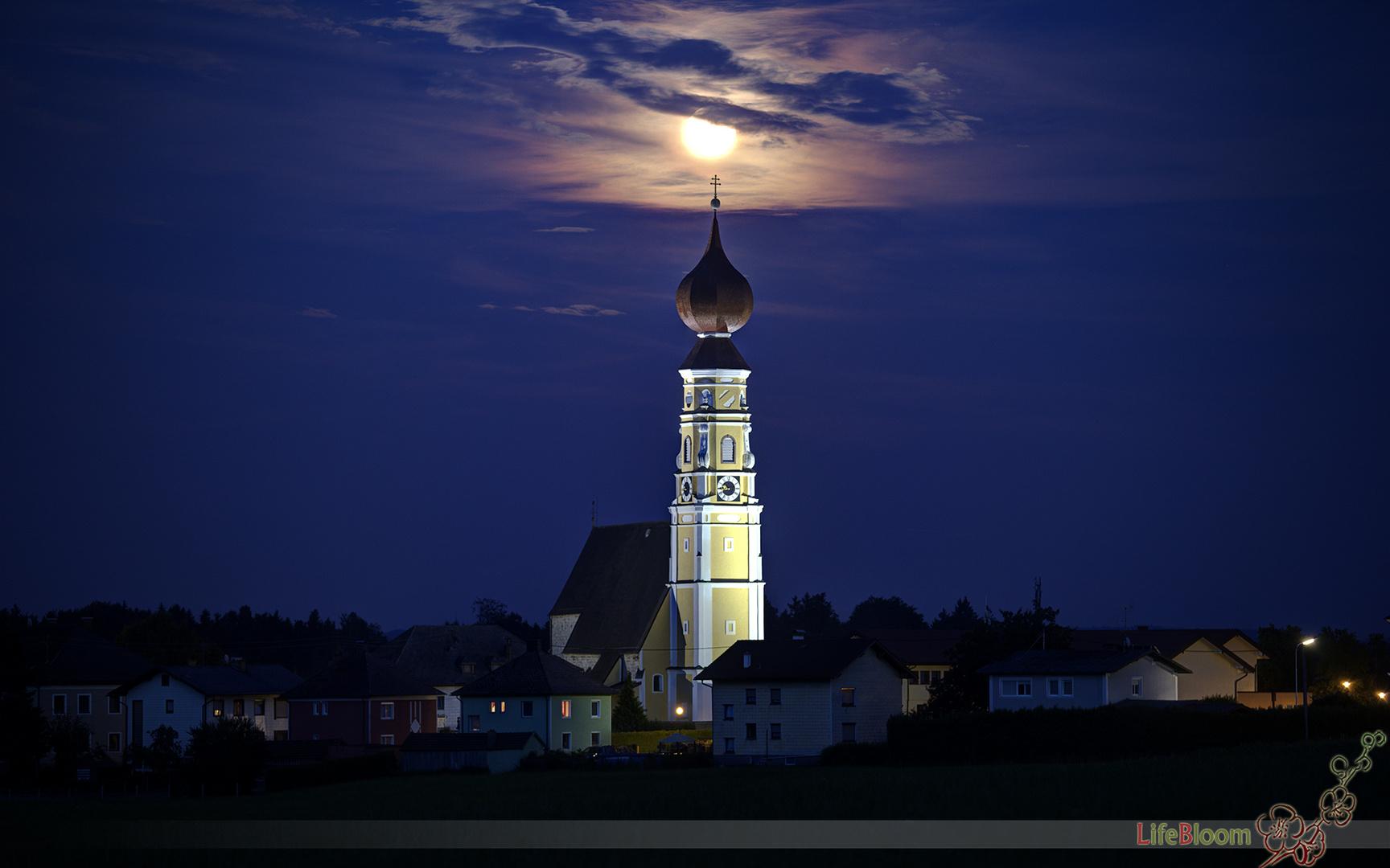 Kirche und Mond in Handenberg / Innviertel / Oberösterreich