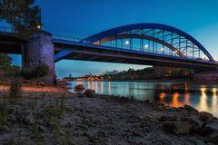 Kirchenblick unter der Brücke