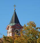 Kirchturm im Herbstlaub
