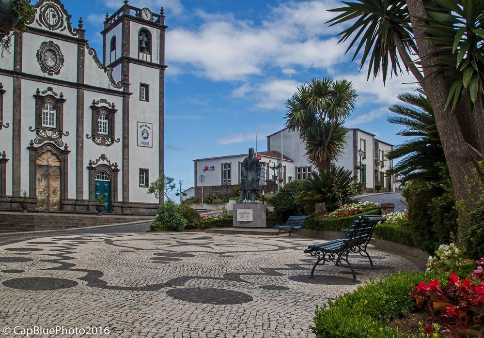 Kirchvorplatz mit  Igreja Matriz de São Jorge (Nordeste)