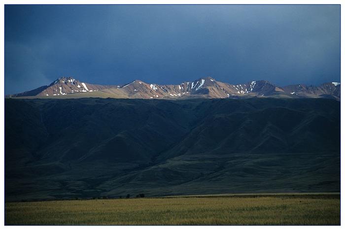 Kirgistans Berge im Abendlicht