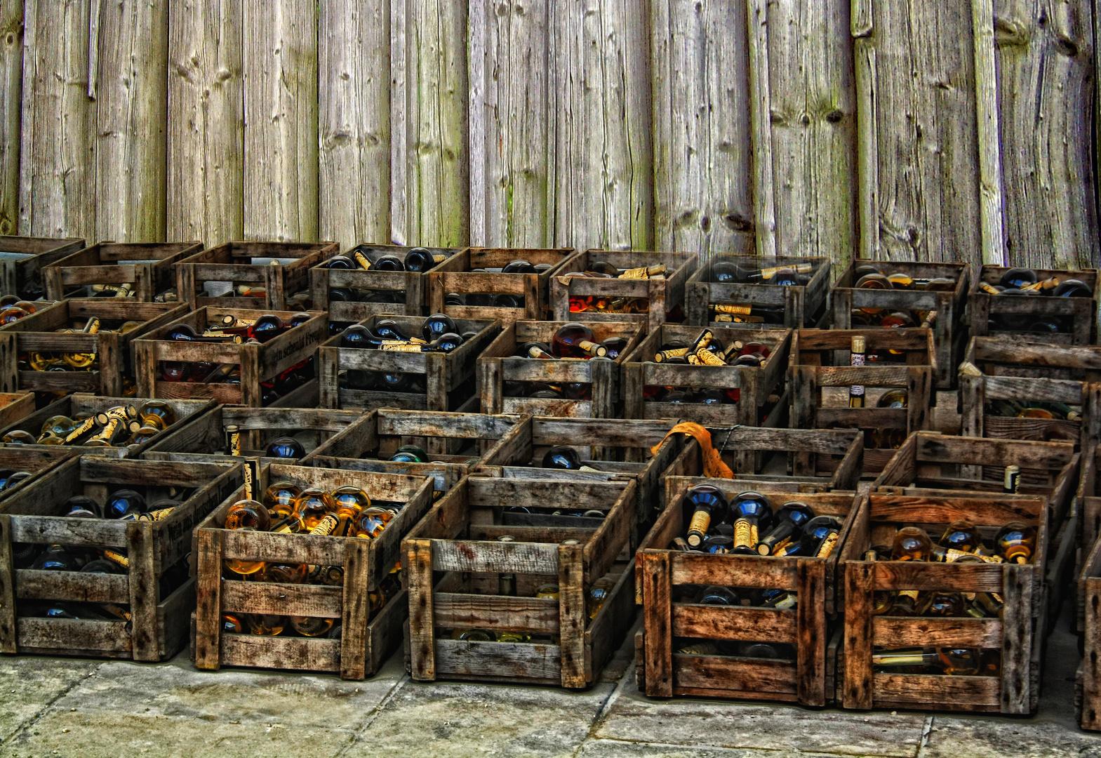 Kisten voller Wein mit Bretterwand