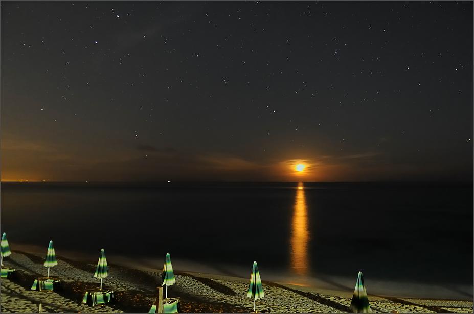 Klarer Sternenhimmel und Mondlicht