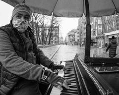 Klavierspieler mit Maske