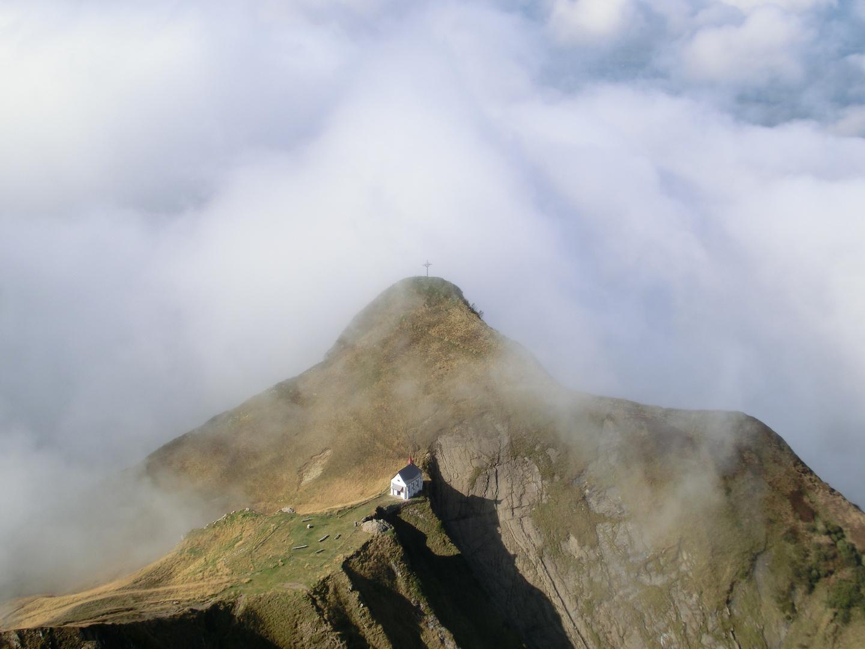 Kleine Bergkirche versinkt im Nebel ...  Blick vom Pilatus-Schweiz-2012
