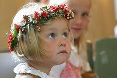 Kleine Blumenstreuerin während der kirchlichen Trauung