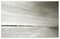 ... kleine Frau auf großem Strand ...