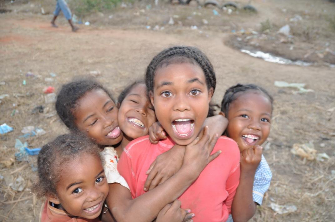 kleine Mädchen auf dem Land von Madagaskar