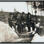 Kleine Männer mit großen Hüten – Konfirmanden 1936