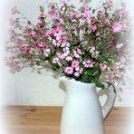 Kleine Mittwochsblümchen in großer Vase