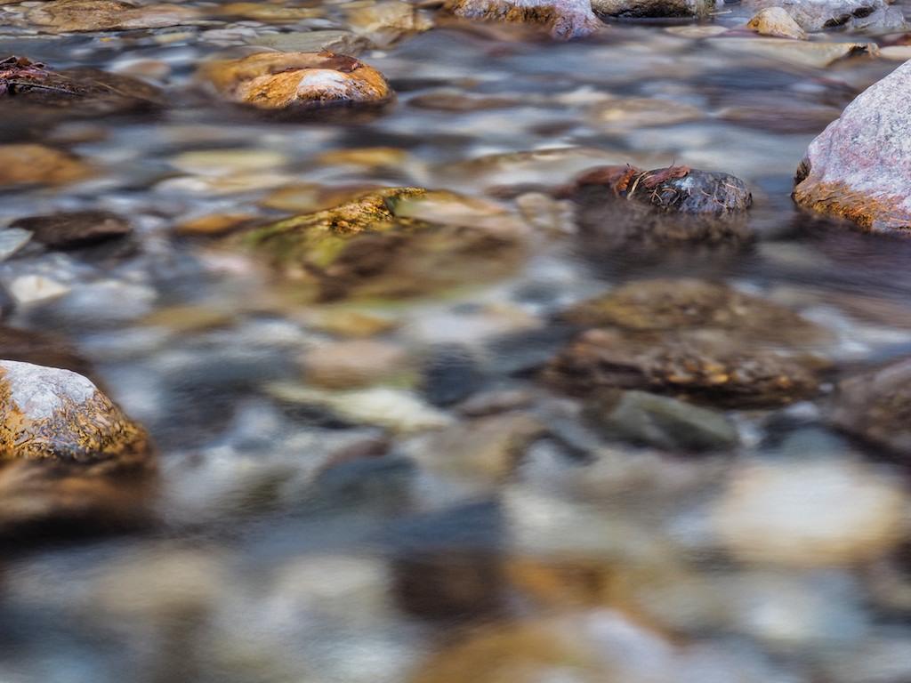 Kleine Steine im schönen klaren Wasser